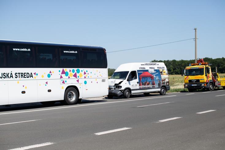 BALESET: Autóbusznak csapódott egy furgon a 63-ason