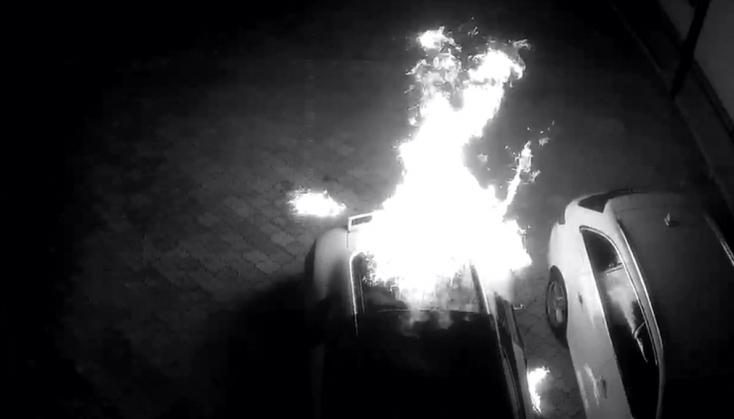 Felgyújtottak egy luxusautót – a tulaj 10 ezer eurót kínál a nyomravezetőnek!