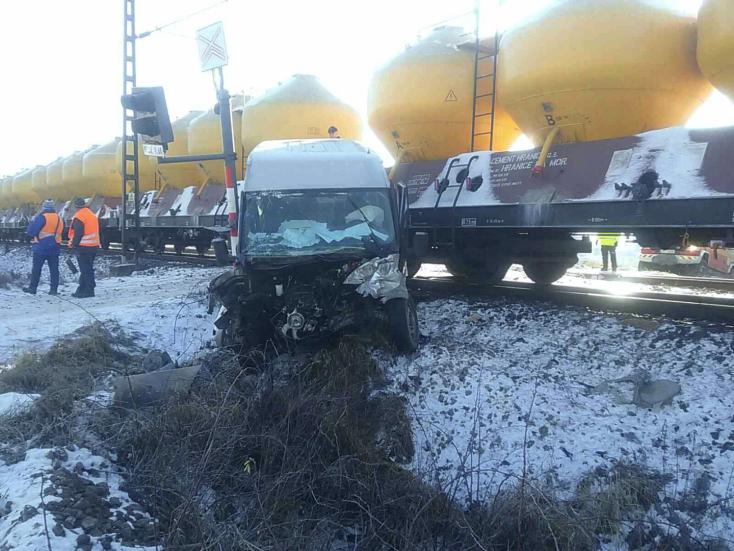 BALESET: Furgonnal ütközött egy vonat az átjáróban