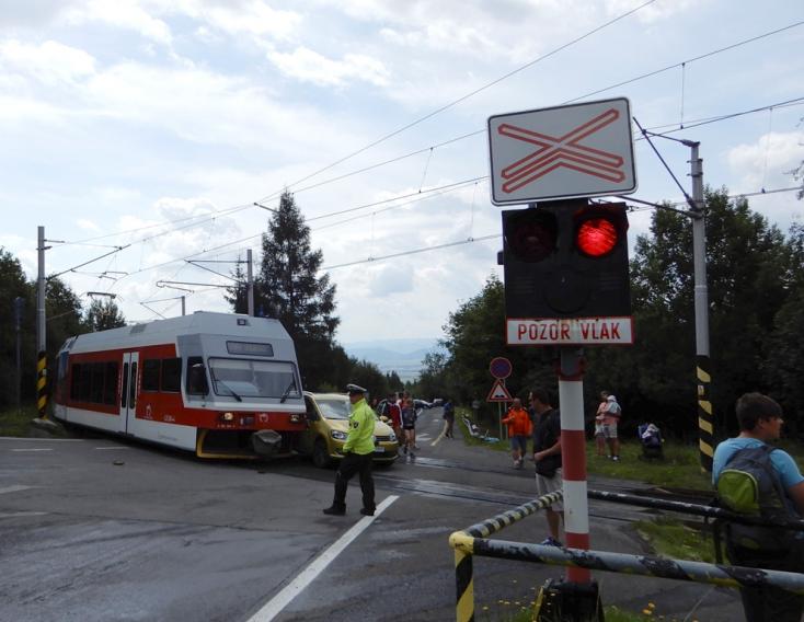 BALESET: Személyautó és villamos ütközött a vasúti átjáróban