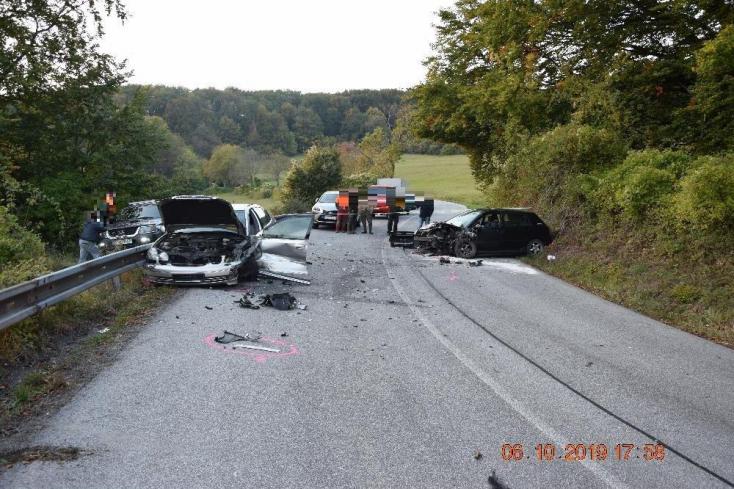 Levágta a kanyart: négyen megsérültek, miután összeütközött három autó