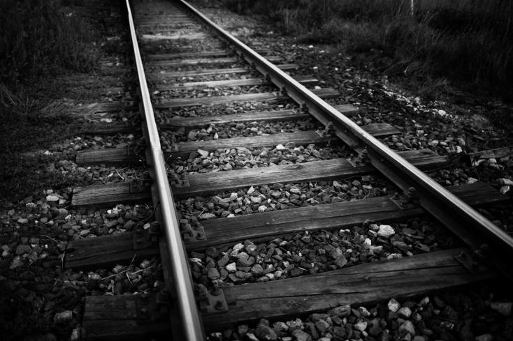 A sínekre hajtott, kocsija a vonat alá szorult, túlélte