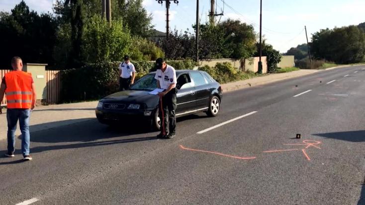 Audi elé zuhant a gyalogos, a férfi belehalt sérüléseibe (FOTÓK)
