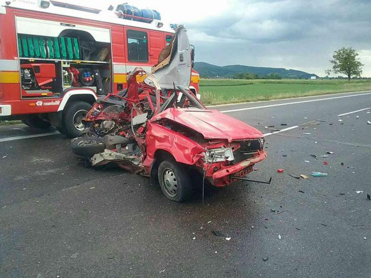 Szörnyű baleset: teljesen összeroncsolódott a Felícia, két ember meghalt