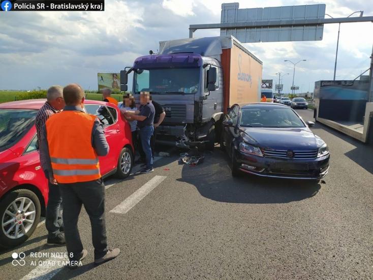 Nyolc kocsit tarolt le a figyelmetlen kamionos, meghökkentő dolog derült ki az egyik károsult sofőrről