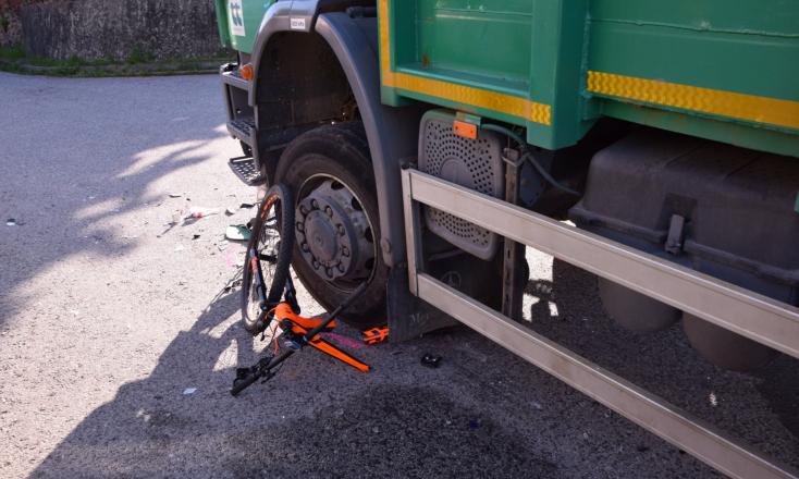 BALESET: Nem adott előnyt a teherautó sofőrje a kerékpárosnak – utóbbi súlyosan megsérült