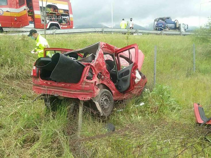 BALESET: Teherautóval ütközött egy személykocsi, utóbbi lerepült az útról (FOTÓK)
