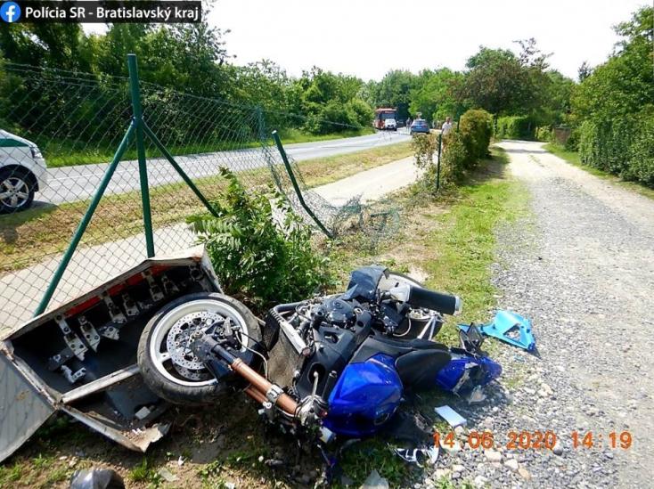 BORZALOM: Kerítésnek csapódott a motoros, a helyszínen belehalt sérüléseibe