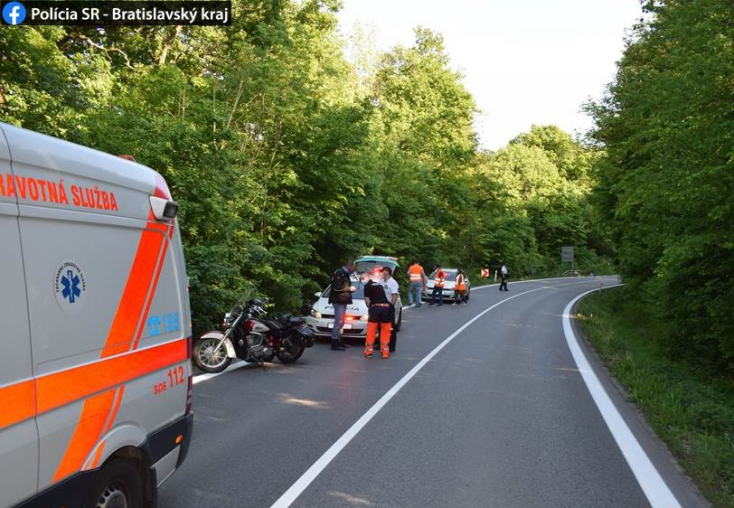 Frontálisan ütközött egy BMW és egy motoros, a rendőrség szemtanúkat keres