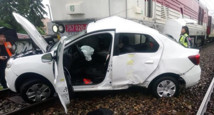 Halálos baleset: Személykocsival ütközött a vonat az átjáróban, életét vesztette a 32 éves sofőr