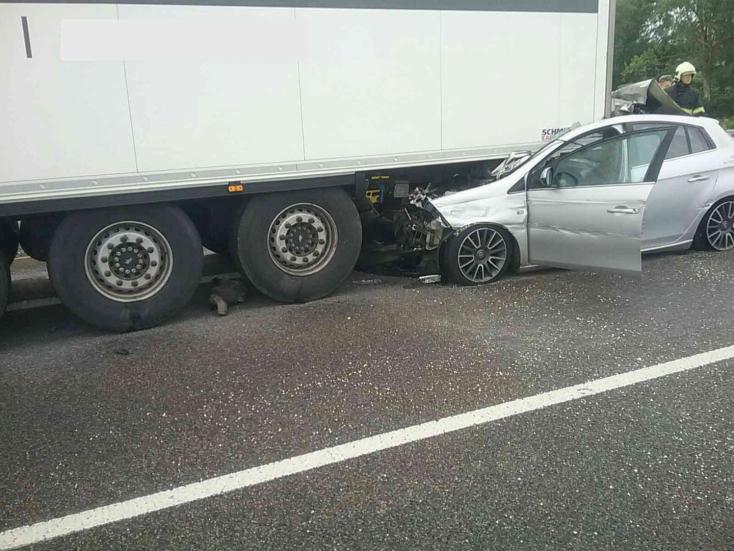 Kamionnal ütközött egy autós, a személygépkocsi a kamion alá szorult