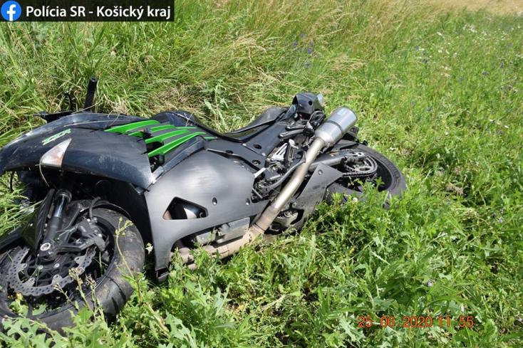 BALESET: Lehajtott az útról, súlyosan megsérült a motoros és a vele utazó nő