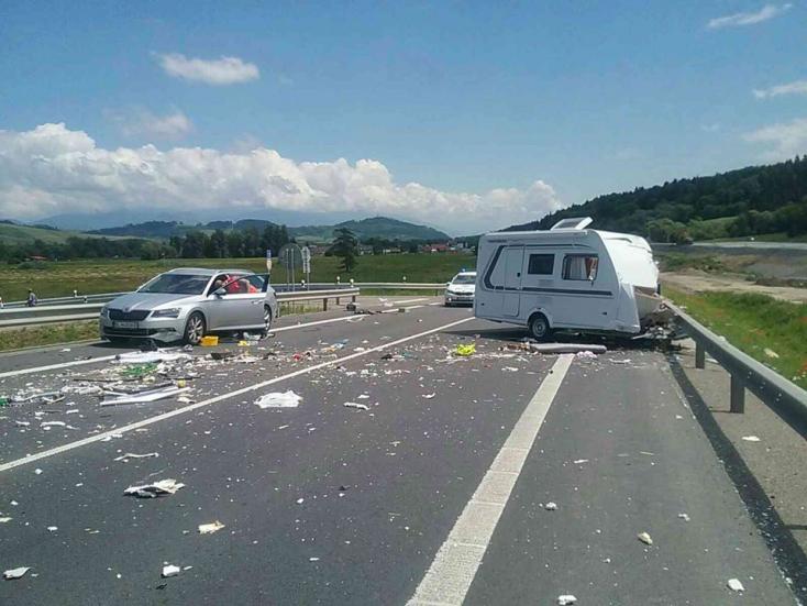 BALESET: Lakókocsis furgon karambolozott, egy személy életét vesztette