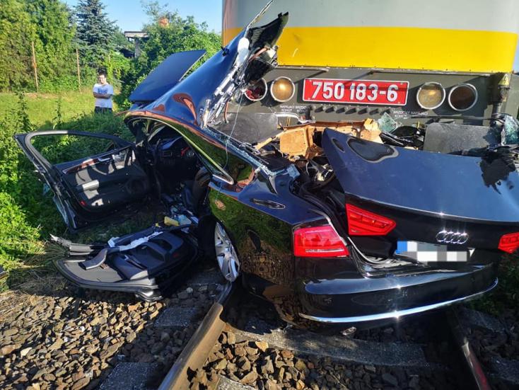 Durva baleset: vonattal ütközött egy Audi, a kocsi teljesen összeroncsolódott (FOTÓK)