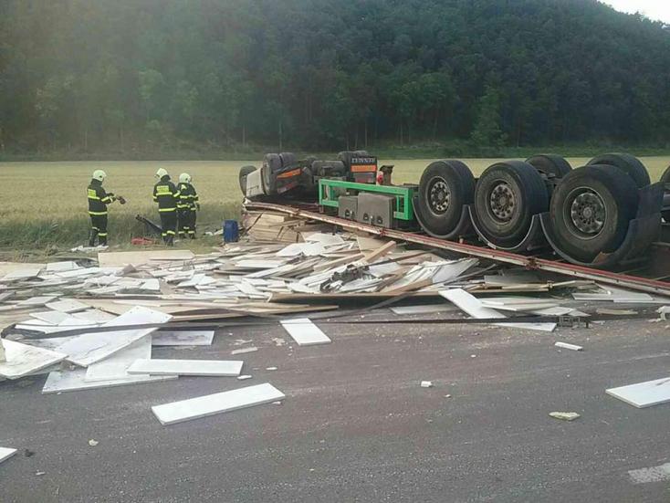 Halálos baleset: személykocsival ütközött egy kamion, majd felborult – egy ember meghalt (FOTÓK)