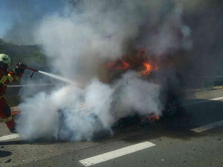 Kigyulladt egy személykocsi az R1-esen