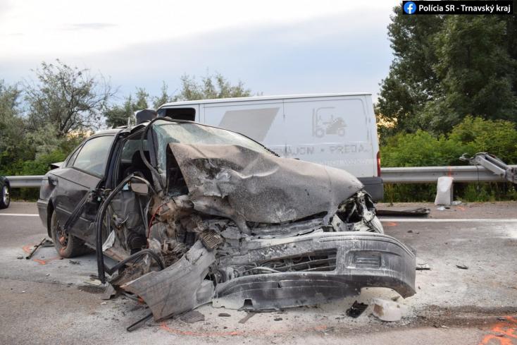 HALÁLOS BALESET: Megcsúszott és egy félreállított utánfutónak csapódott frontálisan a fiatal sofőr