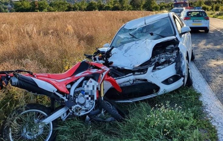 Forddal ütközött a motoros egy kanyarban, 33 éves férfi vesztette életét