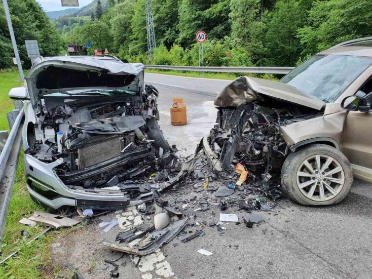 Tragikus frontális ütközés – az egyik sofőr meghalt, négyen megsérültek