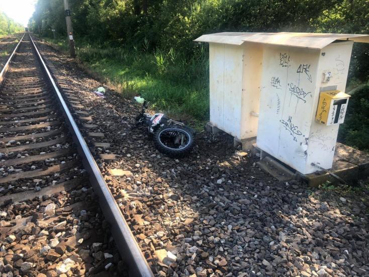 Halálos baleset: motorost gázolt el a 140-nel repesztő vonat