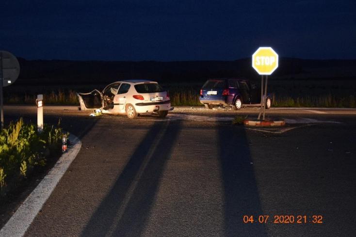 BALESET: Nem állt meg a stoptáblánál - hét ember megsérült, egyikük a kórházban meghalt