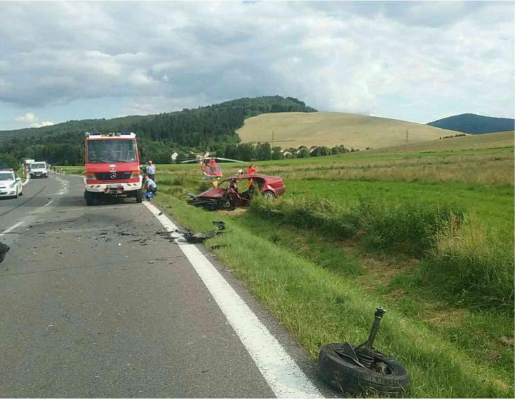 BALESET: Az ütközés után lerepültek a kocsik az útról, mentőhelikoptert riasztottak a helyszínre