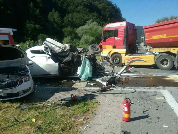 Súlyos baleset: kamion és két személykocsi ütközött – egy ember meghalt, hárman megsérültek