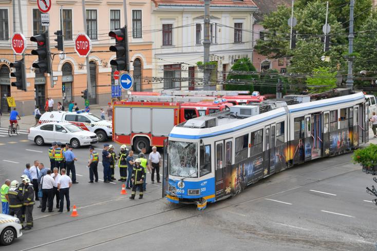 Villamos és autóbusz ütközött Magyarországon, tizenketten megsérültek