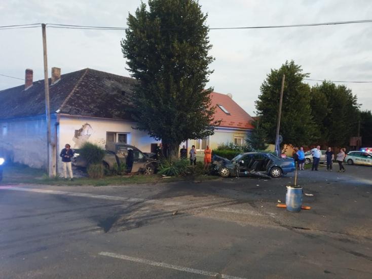 Súlyos baleset történt Légen: két személykocsi ütközött, két utas beszorult a járműbe