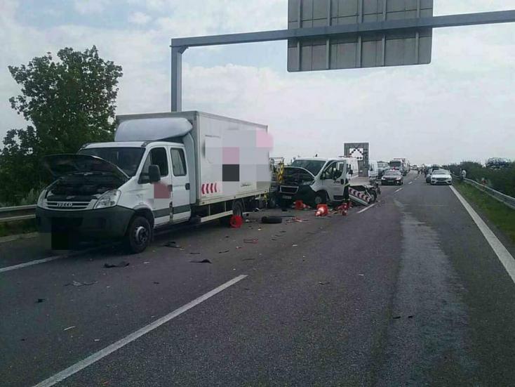 Tragikus baleset: Kamion és két tehergépjármű ütközött, életét vesztette egy munkás