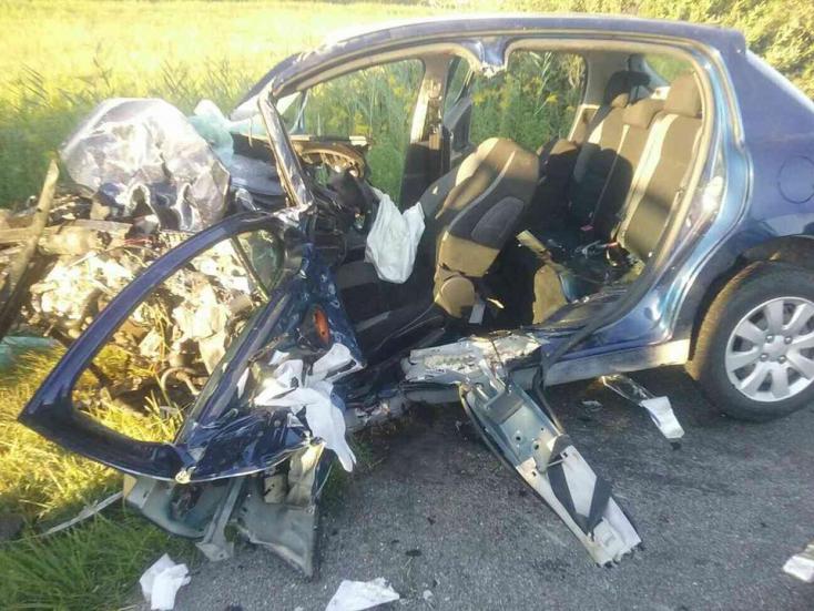 Halálos baleset: furgonnal ütközött a személykocsi, egy ember a helyszínen meghalt (FOTÓK)