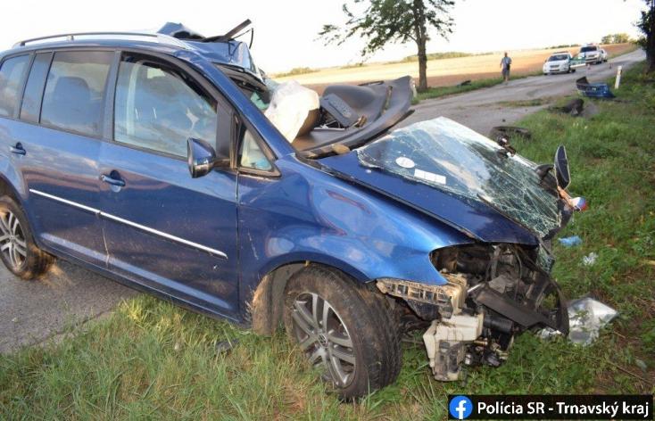 Előzés közben lehajtott az útról és telibe trafált egy fát a személykocsi, a sofőr nem élte túl