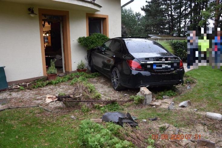 Durva rombolást végzett a részeg autós egy családi ház udvarán, majd elsétált a helyszínről (FOTÓK)