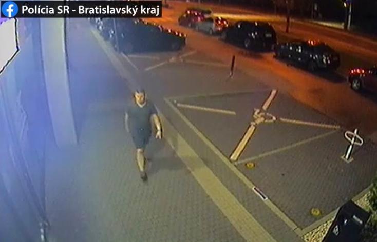 Vandált keres a rendőrség: három autóban tett kárt, a hátsó ablaktörlőkre utazott (FOTÓK)