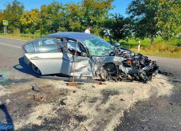 Súlyos baleset: tilosban előzött egyszerre több autót a Peugeot, frontális ütközés lett a vége