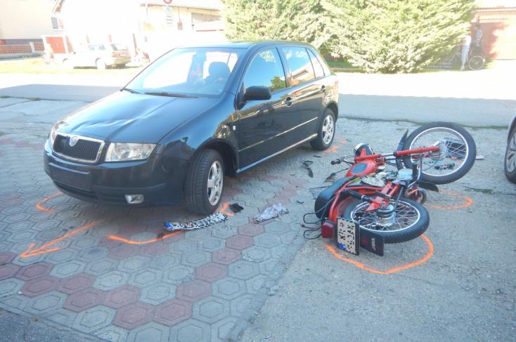BALESET: Nem adott előnyt a fiatal nő, motorossal ütközött egy Fabia Gútán