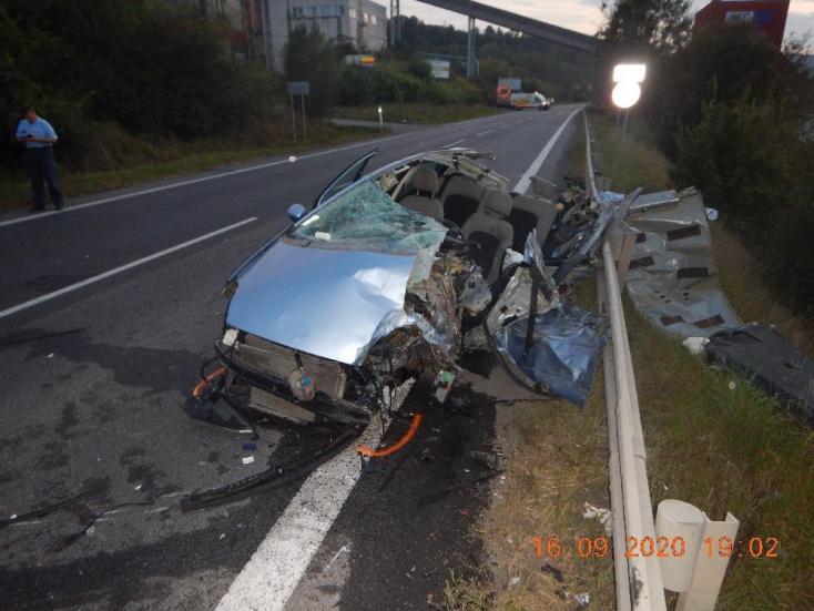 Súlyos baleset: kamionnal ütközött egy személykocsi, a 20 éves sofőrt mentőhelikopterrel vitték el