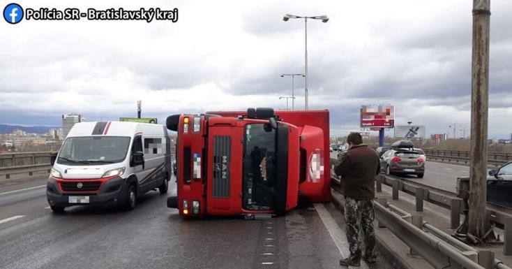 SZÉLVIHAR: Több kamion felborult, fennakadások vannak a vasúton is (FOTÓK)