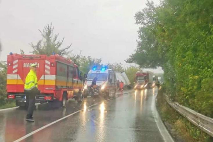 BALESET: Kamion és személykocsi ütközött Nádszeg és Nyárasd között, mindkettő az árokban végezte