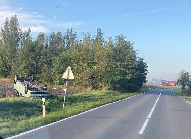 BALESET: Lehajtott az útról és a tetejére borult egy kocsi Dunaszerdahely és Nagyudvarnok között
