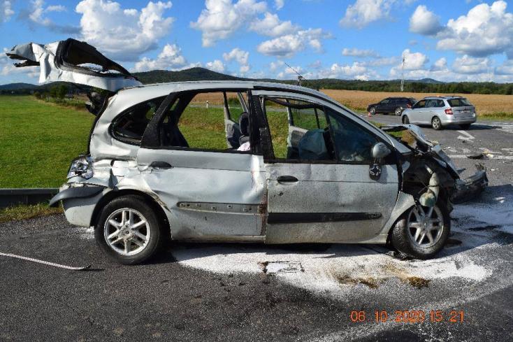 Súlyos baleset: nem állt meg a stoptáblánál a személyautó sofőrje, teherkocsival karambolozott