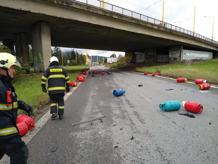 Gázpalackokat szállító teherautóval ütközött egy személykocsi, hárman megsérültek