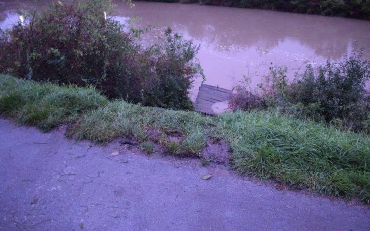 Elsüllyesztette BMW-jét egy részeg nő a megáradt folyóban