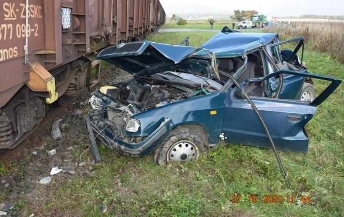 Nem állt meg a vasúti átjárónál, teljesen összeroncsolta a Feliciát az érkező tehervonat (FOTÓK)