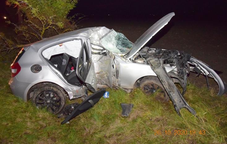 Szörnyű baleset: lerepült az útról és telibe kapott egy fát a BMW, fiatal sofőr vesztette életét