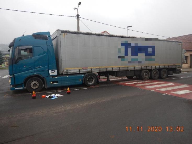 Súlyos baleset: áthajtott egy kamion a zebrán áthaladó gyalogoson