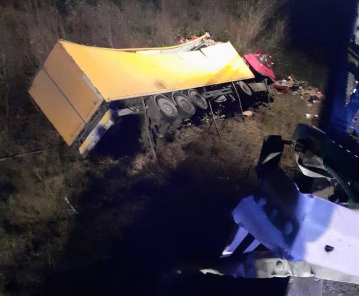 Halálos baleset: lezuhant a hídról egy kamion, a sofőr életét vesztette