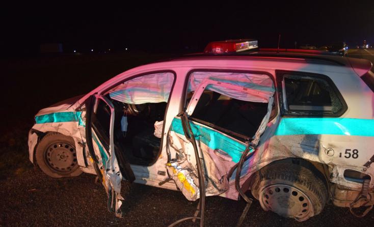 Szirénázó rendőrautó ütközött egy Mercedesszel, három rendőr megsérült (FOTÓK)