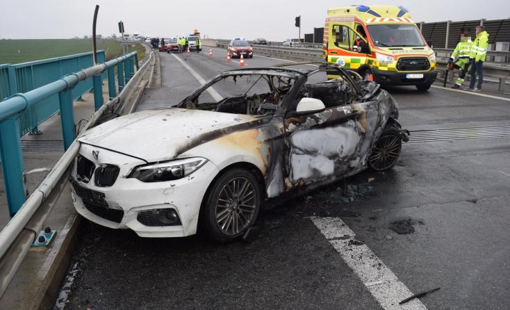 Kigyulladt egy BMW, miután telibe találta egy furgon – mentőhelikopterrel vitték el a 39 éves sofőrt (FOTÓK)