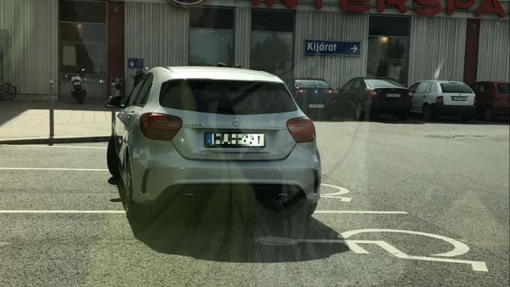 Egyszerre HÁROM mozgássérült parkolót foglalt el a mercis!